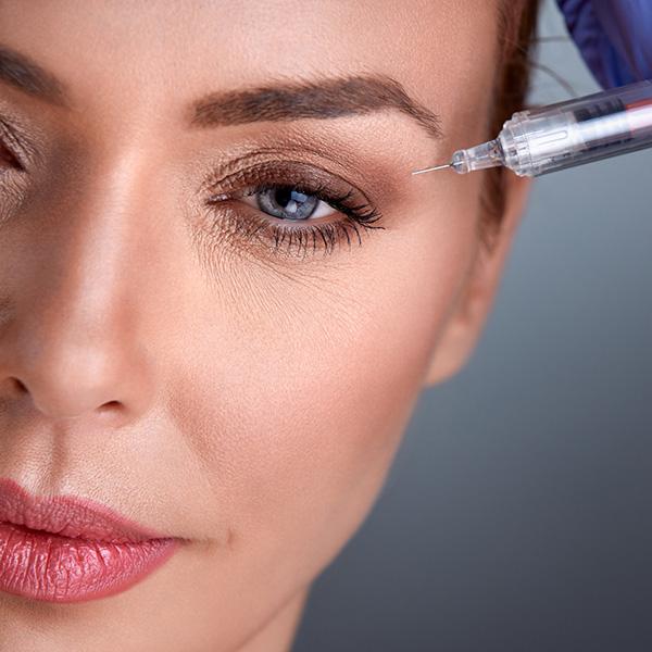 אישה מקבלת בוטוקס לעיניים עייפות